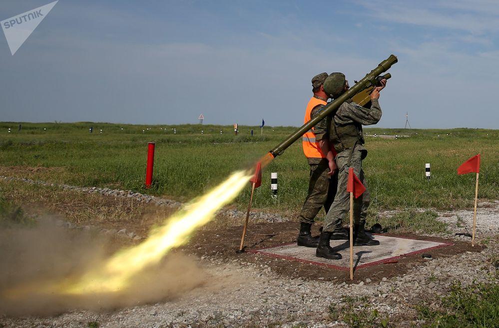 Un soldato nella postazione di tiro per colpire bersagli aerei con un lanciamissile Igla