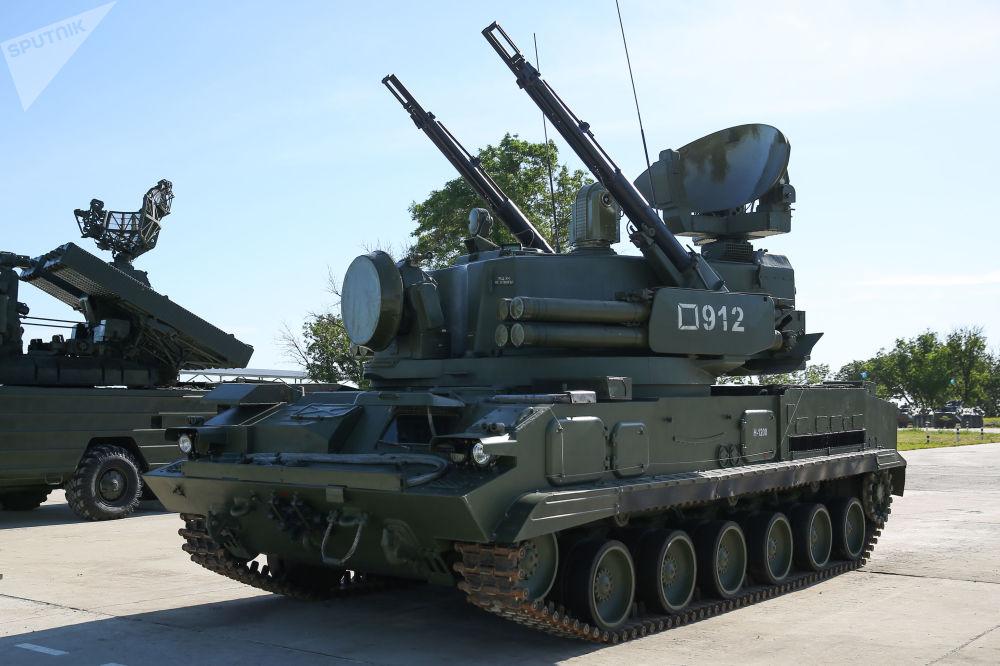 Il semovente antiaereo Tunguska equipaggiato con missili terra-aria