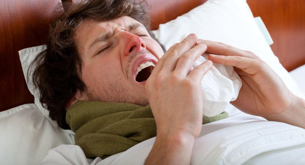 Un uomo a letto con l'influenza