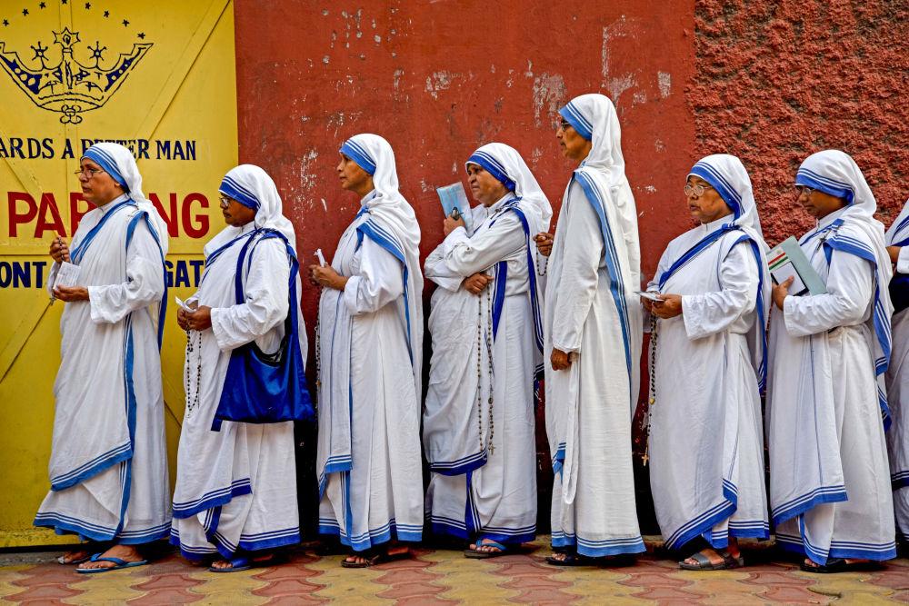 Suore in coda ai seggi elettorali a Calcutta