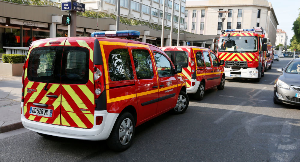 Vigili del fuoco francesi al luogo dell'esplosione a Lione