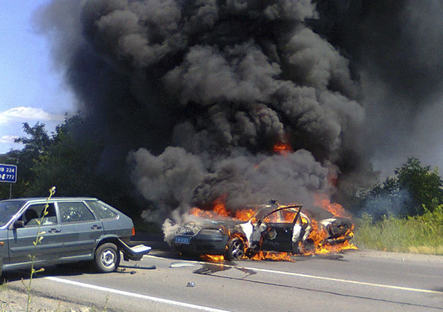 Due auto della polizia in fiamme a Mukachevo, in Transcarpazia