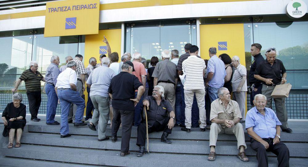 Coda di fronte a una banca di Candia, a Creta
