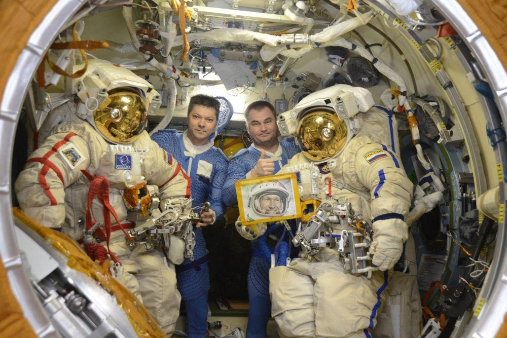 Gli astronauti della Agenzia spaziale russa Roscosmos, Oleg Kononenko e Alexey Ovchinin con il ritratto di Alexey Leonov nella Stazione Spaziale Internazionale