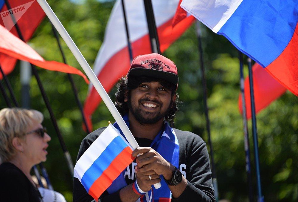 Anche i turisti a Mosca si fanno trascinare dai festeggiamenti