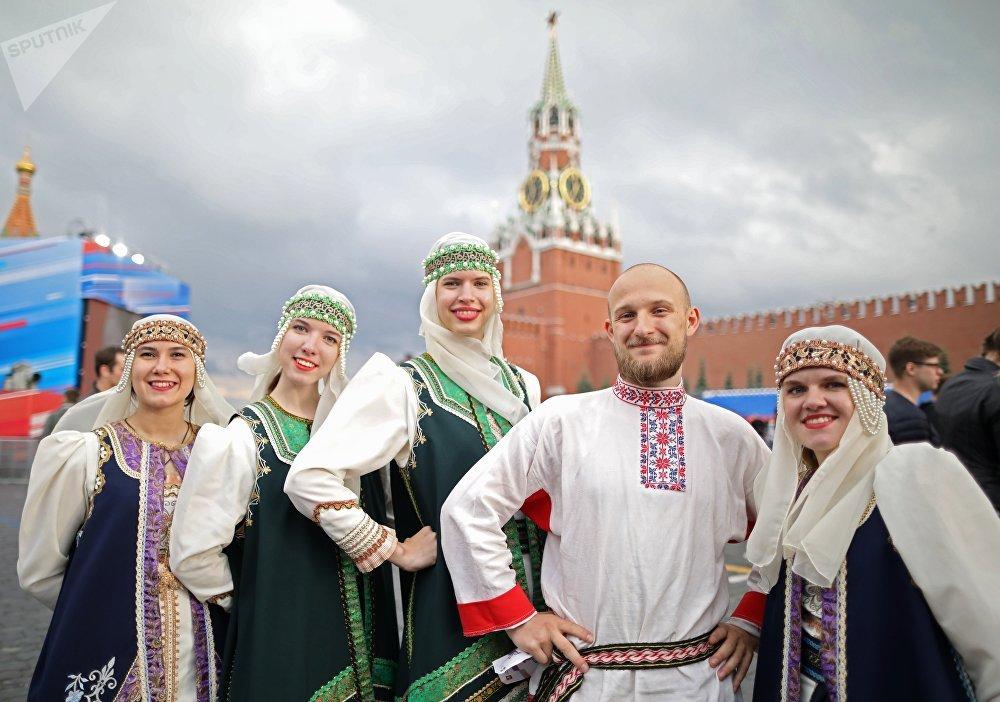Spettacolo con i costumi tipici dei popoli della Russia sulla Piazza Rossa di Mosca