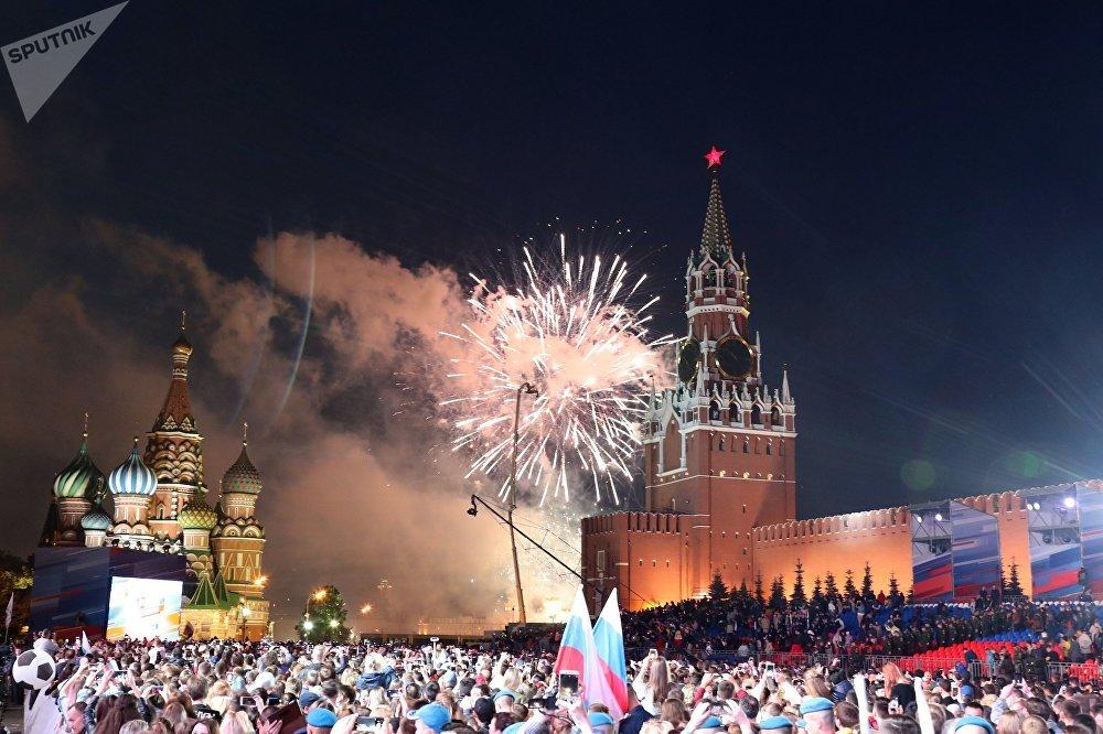Il Giorno della Russia si conclude da tradizione con uno spettacolo pirotecnico nel cielo di Mosca