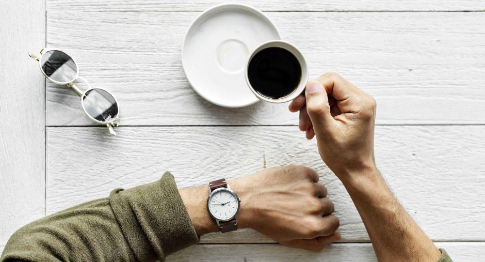 Un uomo in procinto di bere una tazzina di caffè
