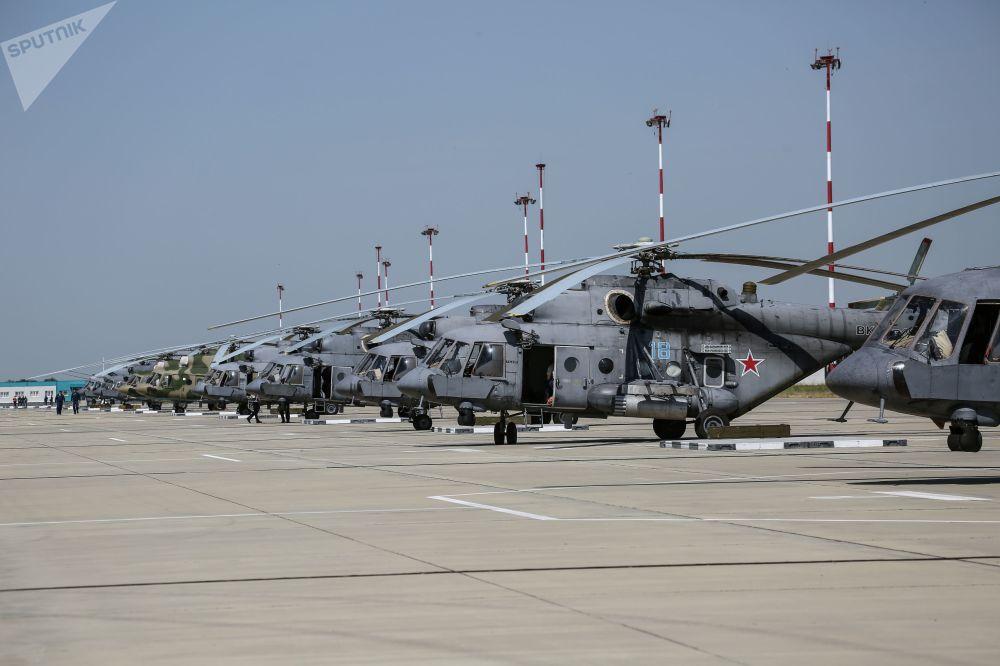 Gli elicotteri impiegati nelle esercitazioni allineati sulla pista del poligono di Arzgirskiy, nella regione di Stavropol