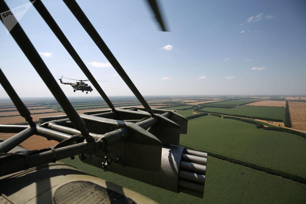 Una foto aerea, scattata da un elicottero multiruolo, da trasporto e da attacco, Mil MI-8