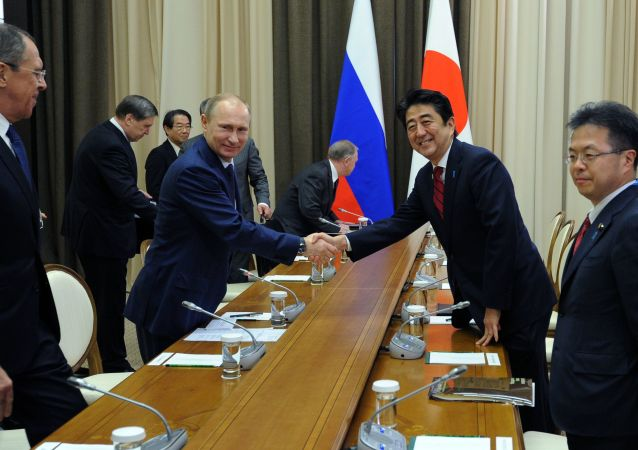 Vladimir Putin e premier giapponese Shinzo Abe (foto d'archivio)
