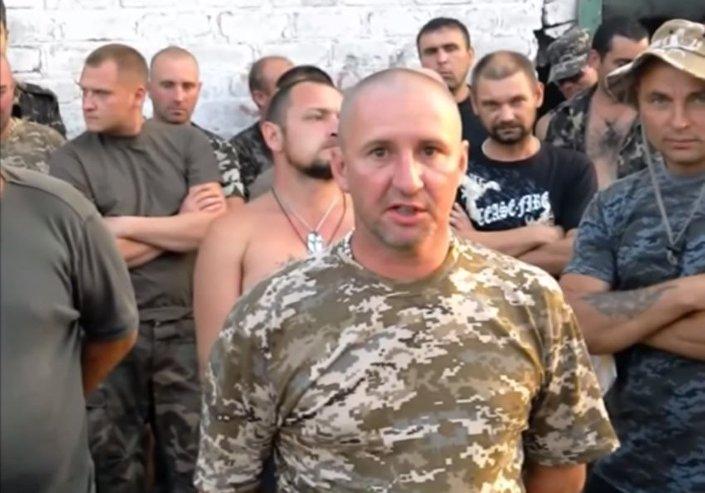 Un momento del video in cui i soldati ucraini dichiarano il proprio ammutinamento