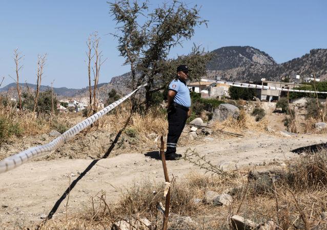 Polizia cipriota vicino al luogo dove è caduto un oggetto non identificato a nord del paese