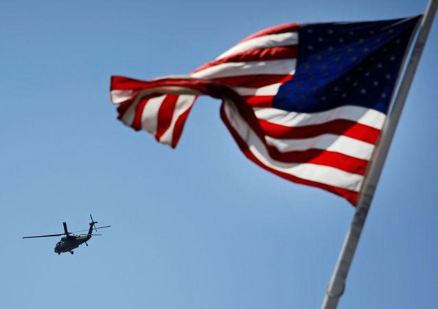 Elicottero americano e bandiera USA