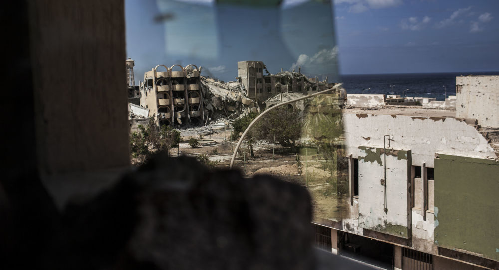 Vista su Tripoli attraverso finestra rotta