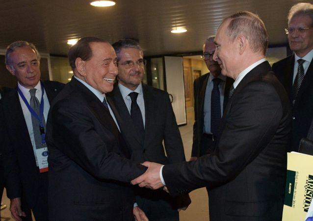 Il presidente russo Vladimir Putin e l'ex primo ministro italiano Silvio Berlusconi si sono incontrati all'aeroporto di Roma il 5 luglio, dopo la visita ufficiale del presidente russo in Italia.