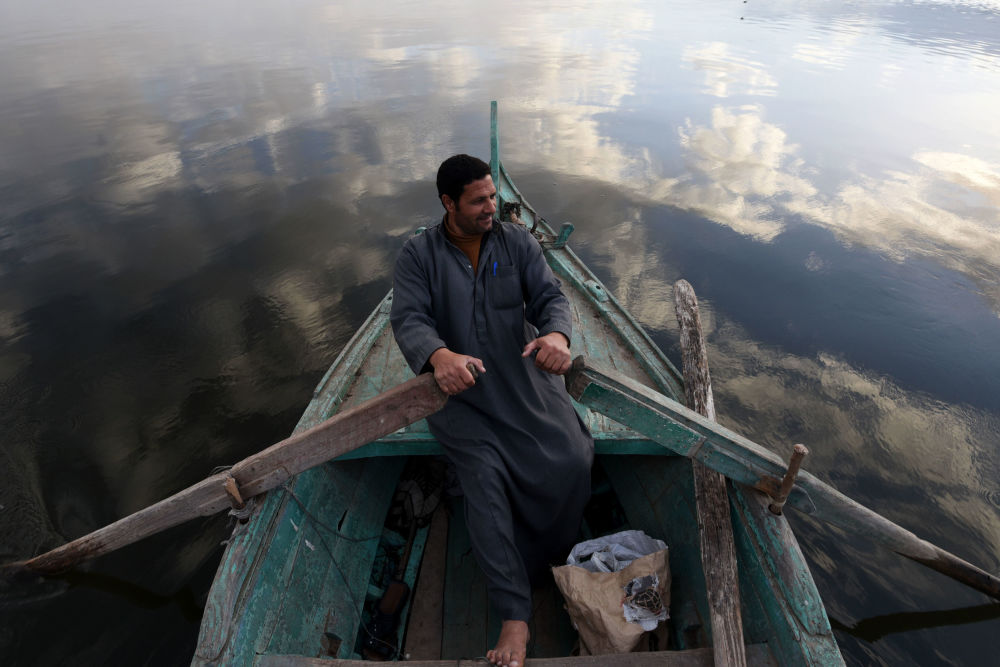 Un pescatore sul letto del fiume Nilo