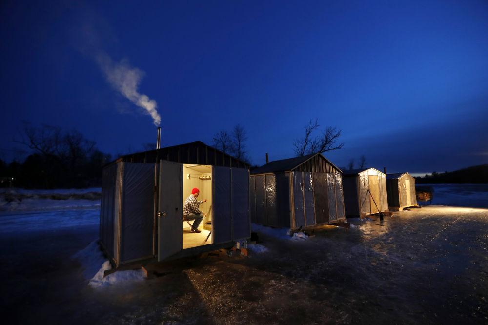 Pesca d'inverno nello stato del Maine, in USA