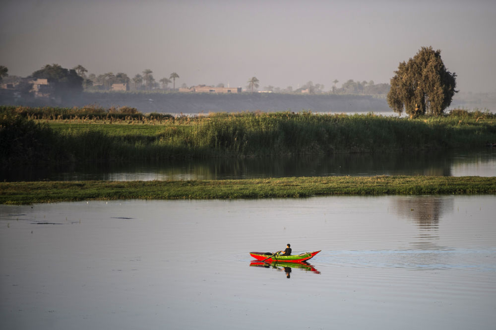 Un pescatore sul fiume Nilo in Egitto