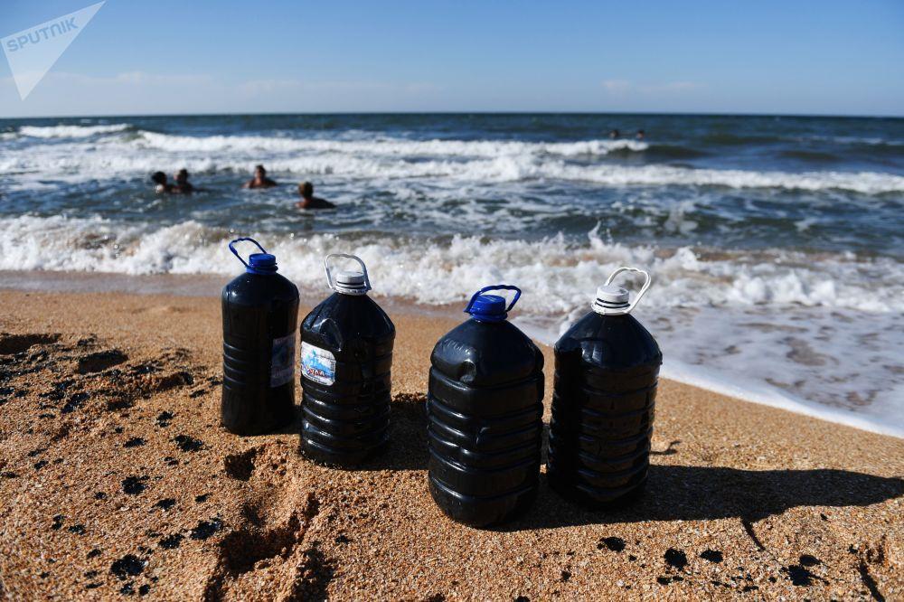 Dopo aver visitato il lago è tradizione portarsi a casa alcune bottiglie riempite con l'acqua curativa