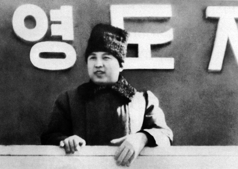 1948, Kim Il Sung osserva una parata militare a Pyongyang
