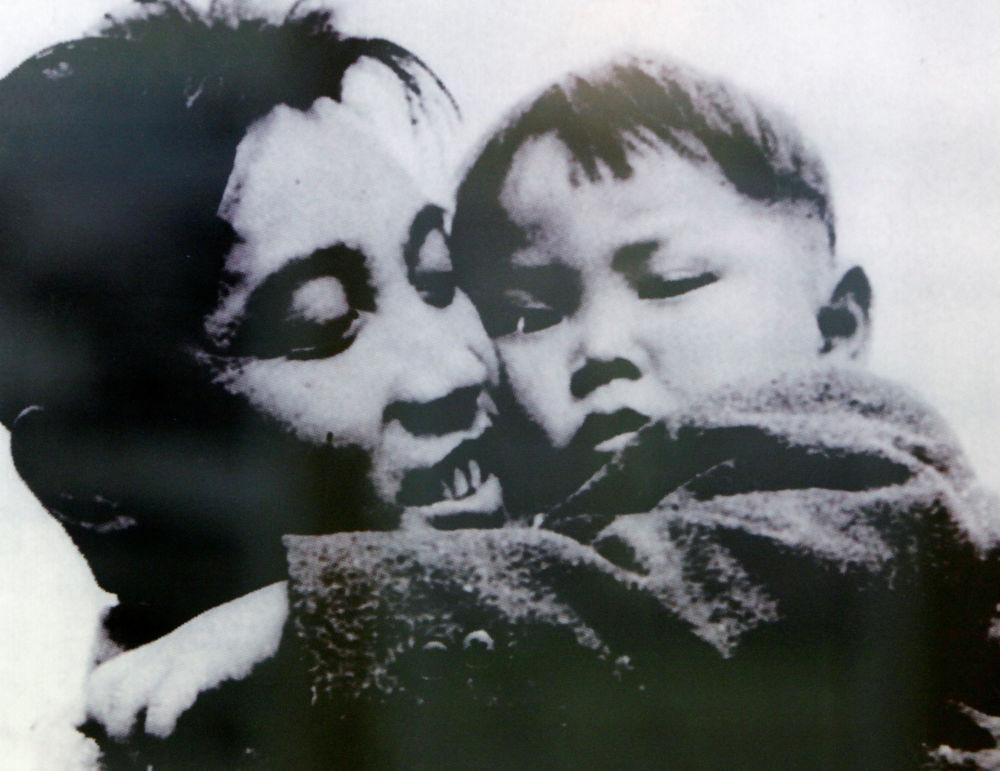 Kim Il Sung abbraccia il figlio Kim Jong-il in questa foto del 1946