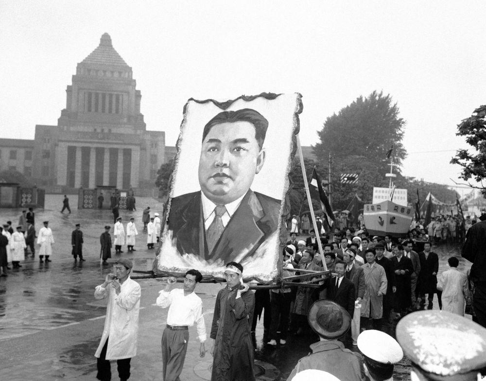 1959, Manifestanti con un enorme ritratto di Kim Il Sung a Tokyo