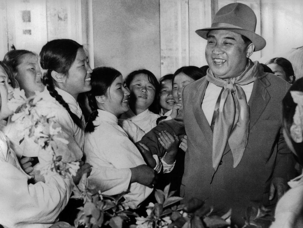 1961, Kim Il Sung in visita ad un orfanotrofio