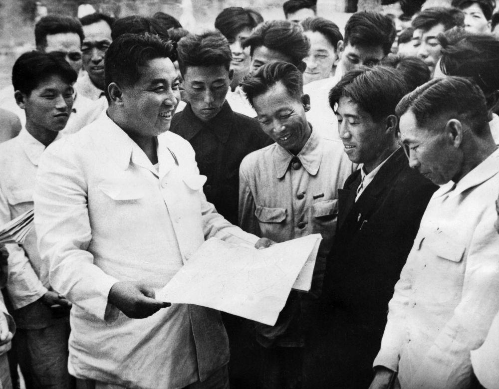 1962, Kim Il Sung incontra gli operai della fabbrica di lavorazione del ferro di Hwanghai