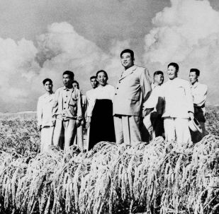Kim Il Sung in visita ad una cooperativa agricola nel 1962