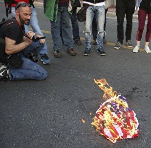 I manifestanti bruciano una bandiera americana