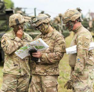 Soldati americani stanno esaminando una mappa durante le esercitazioni della NATO Saber Guardian, Romania.