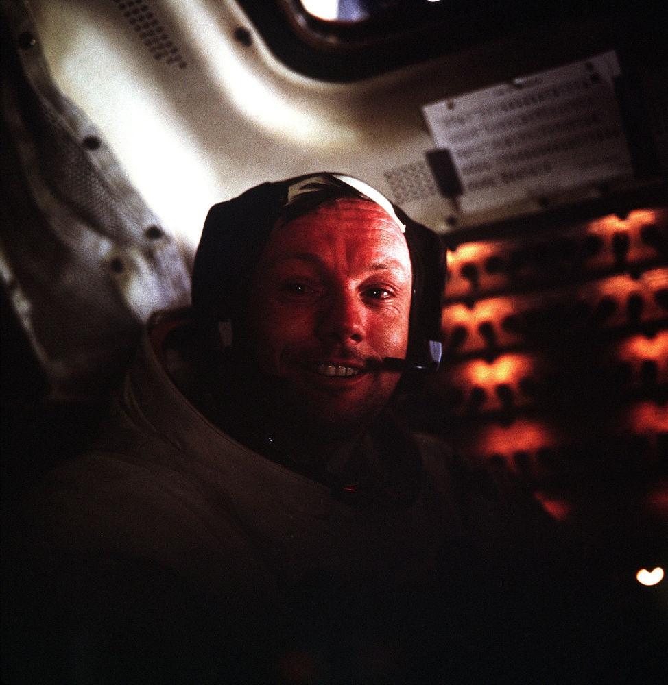 Neil Armstrong all'interno del modulo lunare Apollo-11