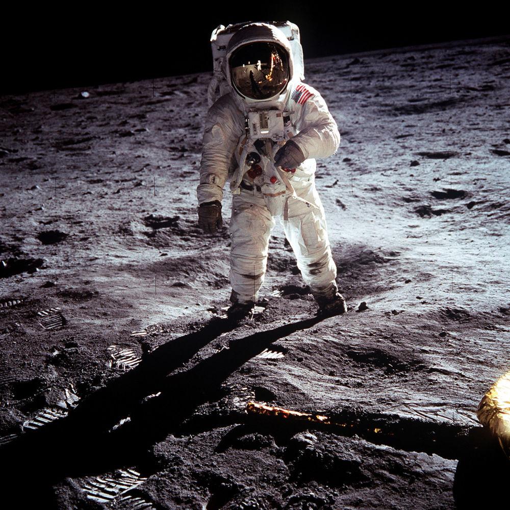Buzz Aldrin durante lo svolgimento della missione sulla superficie lunare, che prevedeva il prelievo di campioni del suolo lunare nel Mare della Tranquillità