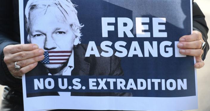 Poster con slogan a favore della liberazione del fondatore di WikiLeaks Julian Assange