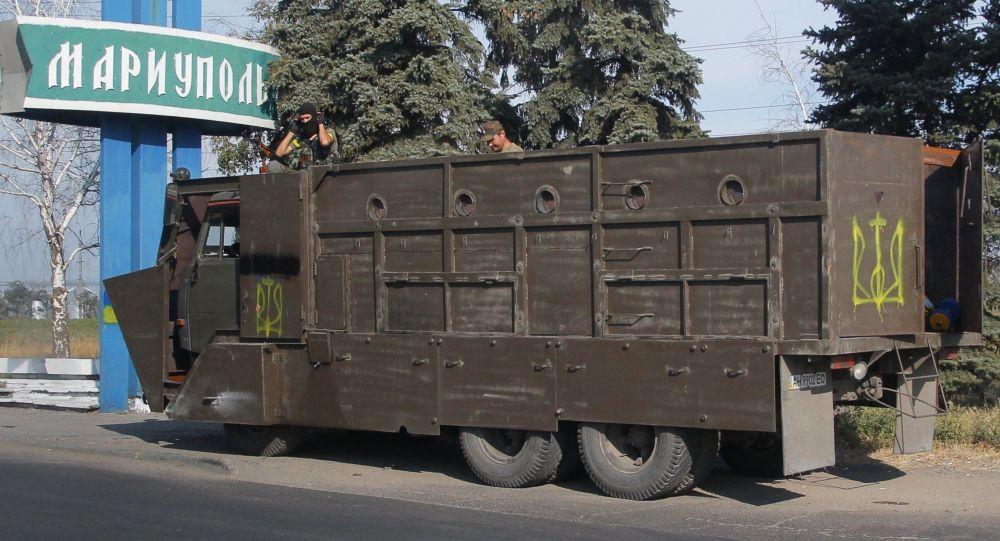 Un camion con i soldati ucraini a Mariupol