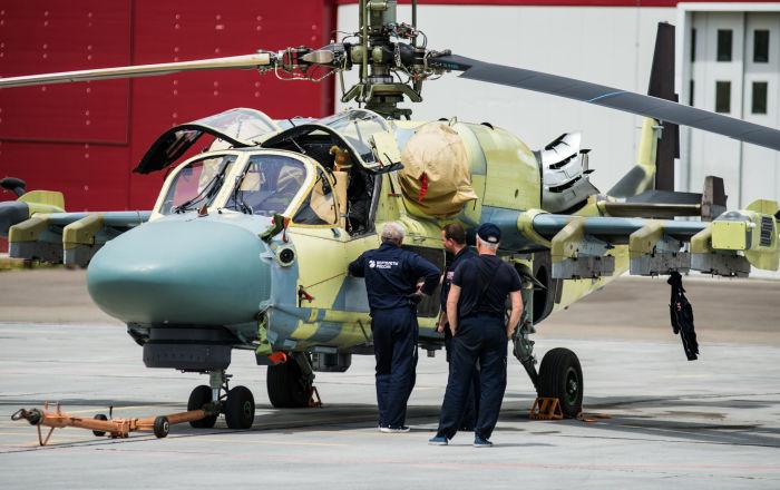 Un elicottero Ka-52 sulla pista dell'aerodromo di Arsenyev