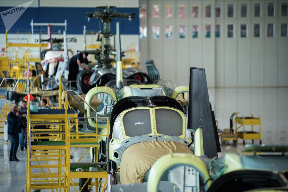 L'assemblaggio degli elicotteri Ka-52 nella fabbrica Progress