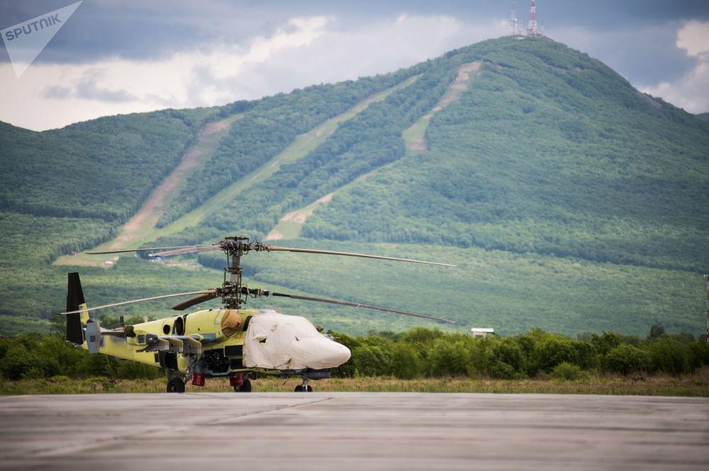 Un elicottero Ka-52 Alligator sulla pista di decollo e atterraggio dello stabilimento Progress di Arsenyev