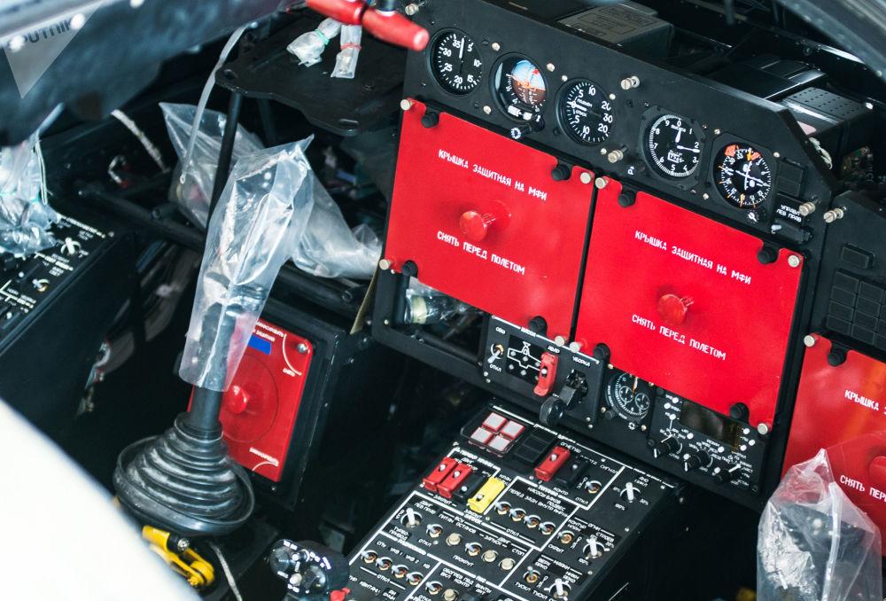 L'interno di una cabina di pilotaggio di un elicottero Ka-52 Alligator