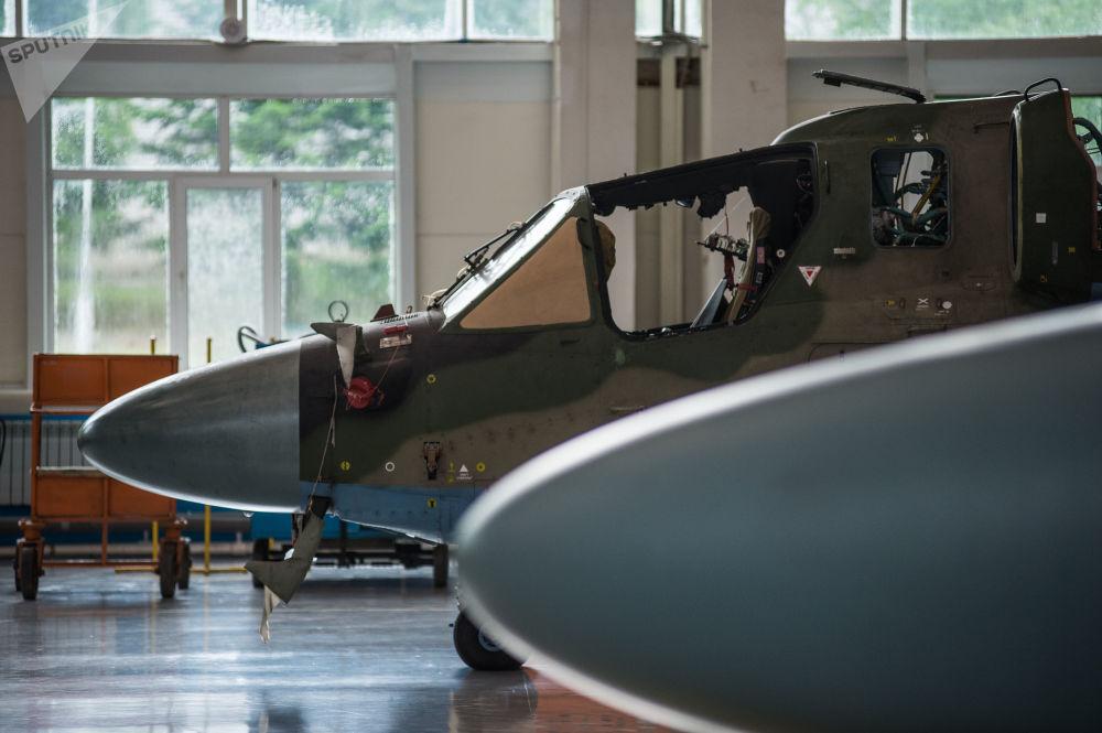 Elicotteri Ka-52 Alligator nell'hangar destinato all'assemblaggio definitivo dello stabilimento Progress, la cosiddetta camera pulita dove la fusoliera dell'elicottero acquista il suo aspetto definitivo.