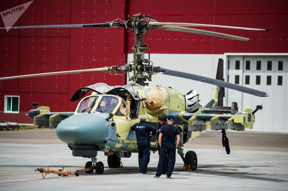 Tecnici al lavoro intorno ad un elicottero Ka-52 Alligator prima di un volo di collaudo