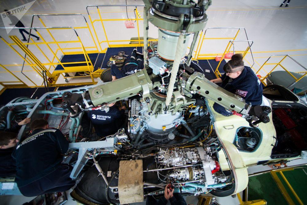 Tecnici al lavoro sul propulsore di un elicottero Ka-52 Alligator