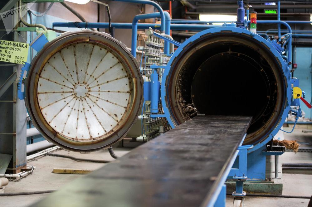 Un macchinario ermetico usato per la produzione dei dettagli della strumentazione radar e d'attacco in dotazione all'elicottero
