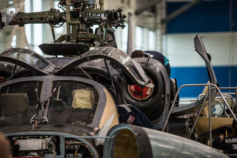 Il telaio di un elicottero Ka-52 Alligator durante l'assemblaggio