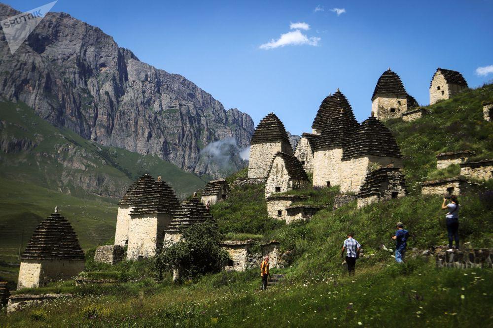 Turisti davanti alla necropoli Città dei morti nella repubblica russa dell'Ossezia del Nord.