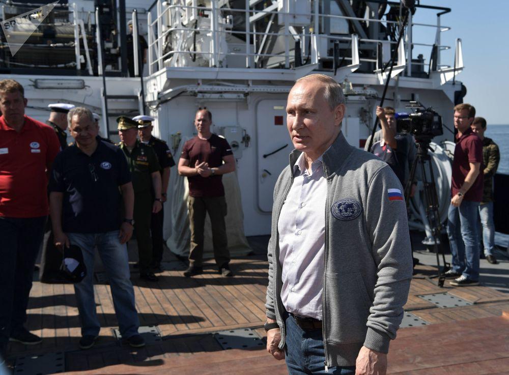 Come suggerito dal protocollo della cerimonia, Putin, all'interno del batscafo C-Explorer 3.11, prima di immergersi, si è avvicinato al sottomarino e ha partecipato all'installazione di una lapide commemorativa con i nomi del comandante e dei membri dell'equipaggio sullo scafo della nave.