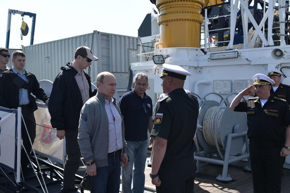 Prima dell'inizio dell'immersione, Konstantin Bogdanov, il capo della spedizione, ha raccontato a Putin, al ministro della Difesa Sergei Shoigu e al comandante in capo della marina Nikolai Evmenov della lotta dei sottomarini sovietici contro gli invasori nazisti nel Mar Baltico e in particolare il destino degli U-308.