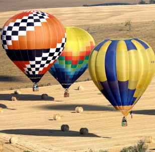 Centinaia di mongolfiere partecipano al Lorraine Mondial Air Balloon Festival a Chambley.