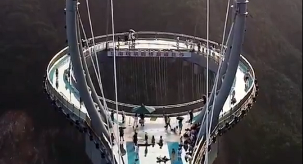 Ponte di vetro del parco di Huangteng Gorge - Cina